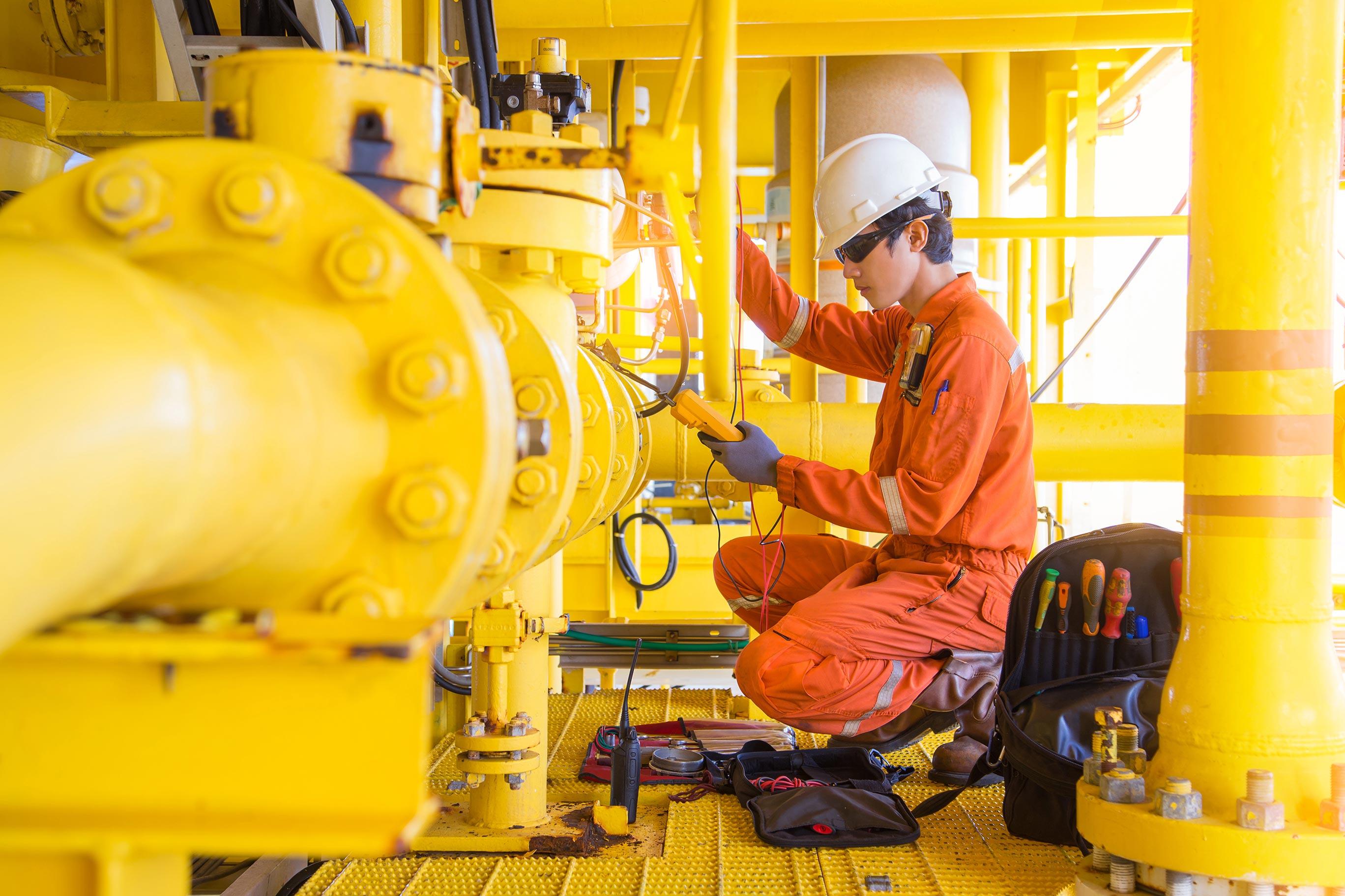Elektriker sjekker spenning på offshore plattform