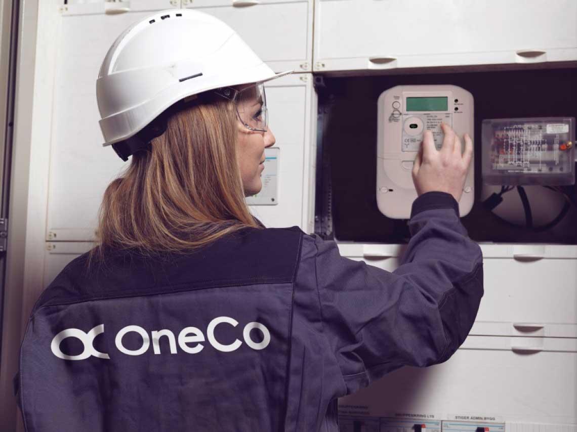 Tekniker i Oneco sjekker måleapparat